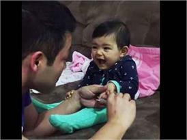 इस नन्हीं बच्ची के नखरे देख आप हो जाएंगे इसके दीवाने