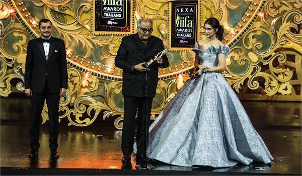 boney kapoor gets emotional while receiving sridevi s award