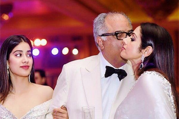 jhanvi kapoor shares a picture of her mom dad