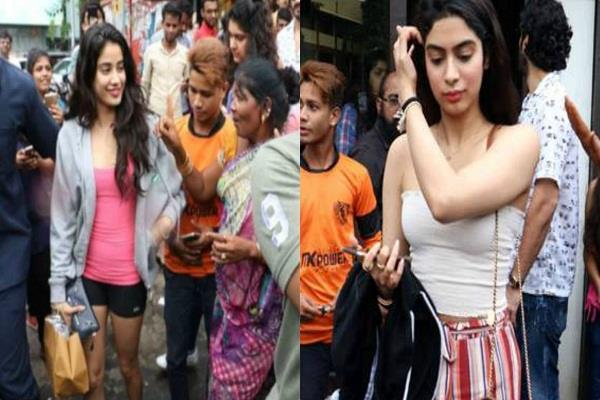 after dhadak success janhvi kapoor spotted at lunch with family