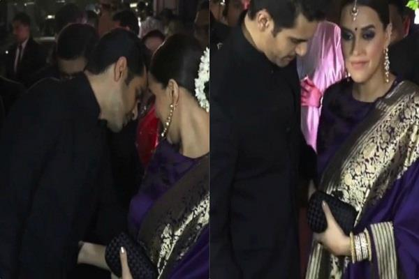 angad bedi help neha dhupia in handeling heavy dupatta at poorna patel reception