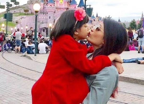 aishwarya share adorable pictures of kissing daughter