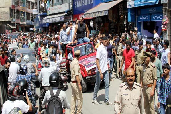 khali s road show in the open jeep one day before wrestling