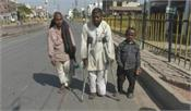 50 year old devang  walking 500km on foot in lockdown
