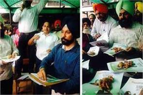 secretariat employees eat pakkar on congress manifesto