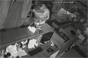 women gang theft showroom