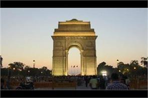 delhi  a youth set himself on fire near india gate