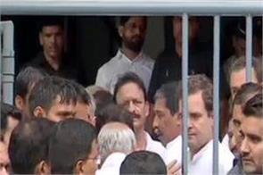 rahul gandhi arrives at a mumbai court