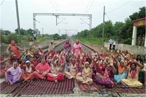 sitting in the railway track  the women took to the delhi government
