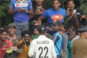 kane williamson celebrates birthday with sri lankan fans