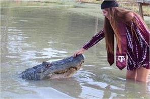 texas student graduation photos with 14 ft long alligator go viral