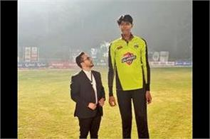 the world tallest cricketer wants to play for pakistan