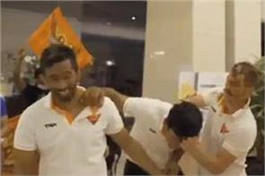 warner celebrates birthday by beating delhi  video