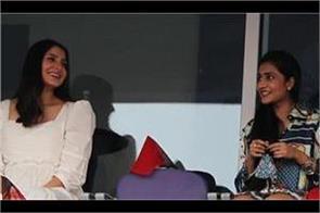 anushka seen talking to dhanashree  viral picture