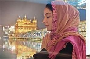 actress sonia mann pays obeisance at sachkhand sri harmandir sahib