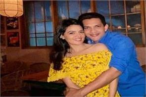 aditya narayan shares loved up pic with girlfriend shweta agarwal