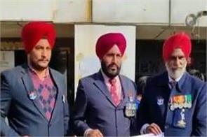 vijay diwas singhu border army officers farmers protest