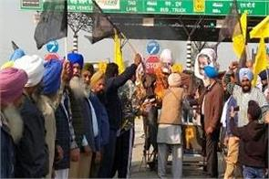 farmers blow up modi effigy on highway on 62nd day of cholang toll plaza dharna