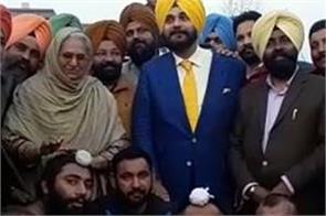 selfie raids to navjot sidhu in kabaddi ground