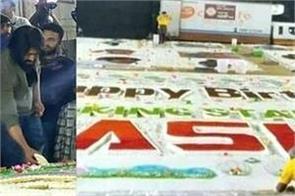 yash celebrates birthday with 5 000 kg cake