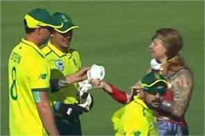 wonder woman arrives during the match a special gift given to quinton de kock