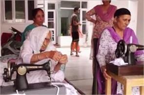 98 yrs old lady distribute free masks