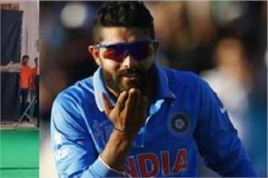 ravindra jadeja reacts with warner swinging bat