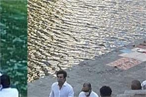 rishi kapoor s ashes immersed by ranbir kapoor at banganga