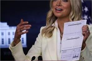 wh press secretary accidentally reveals trump s bank details