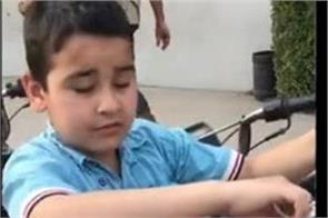 dharmendra shares child video who selling samosa