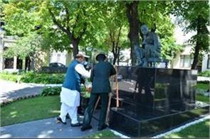 rajnath singh pays tribute to mahatma gandhi
