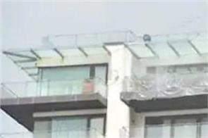 shahrukh khan covers his bungalow with plastic to