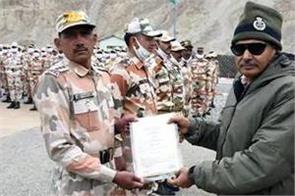 dg reached the height of 17 500 km to give itbp soldiers a medal of valor