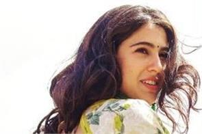 why sara ali khan do not said mother to kareena kapoor khan