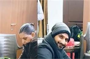 harbhajan singh helps mother kitchen work