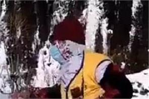kashmiri women video viral snow