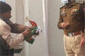 when rope knot did not open when the flag was hoisted