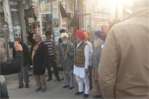 farmers besiege bjp leader raina  police rescue him