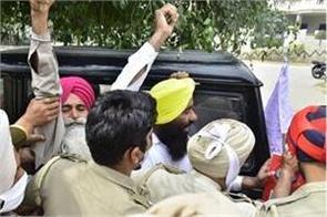 farmers besiege shwait malik at amritsar hospital