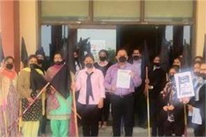 staff of private schools in protested against punjab government  s decision