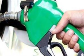 the robbers in the car opened fire and looted rs 25 000 from the petrol pump