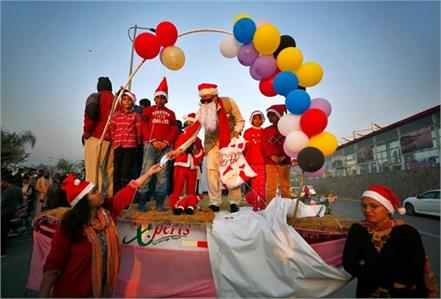 gifts and masks distributed by santa claus in pakistan