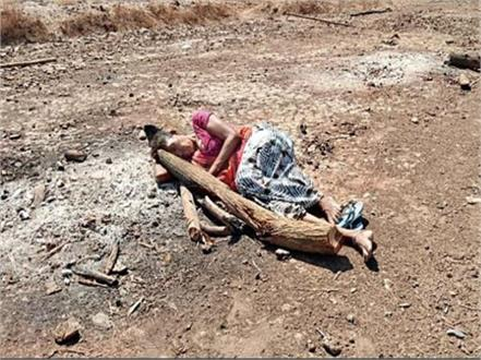 mother sleep ashes son pyre in gujarat