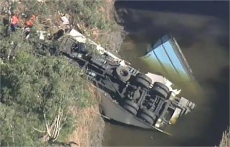 melbourne truck crash fell in to bridge