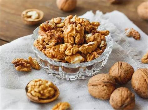 a handful of walnuts could do wonders  may lower heart disease risk