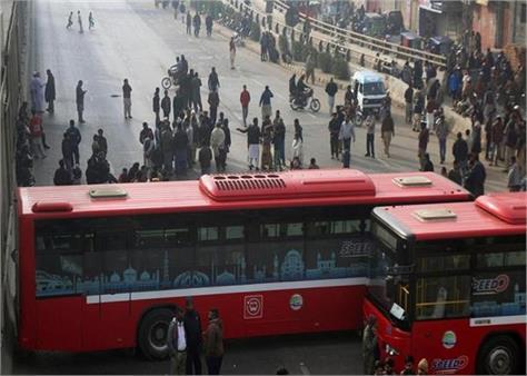 pakistan 16 policemen arrested