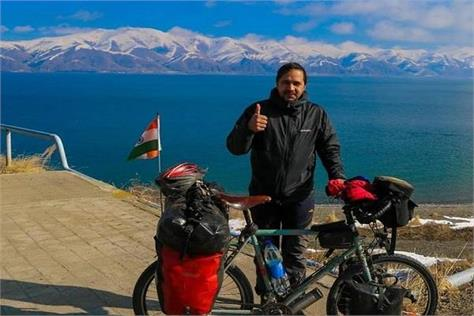 indian doctor visit 30 countries on bicycle