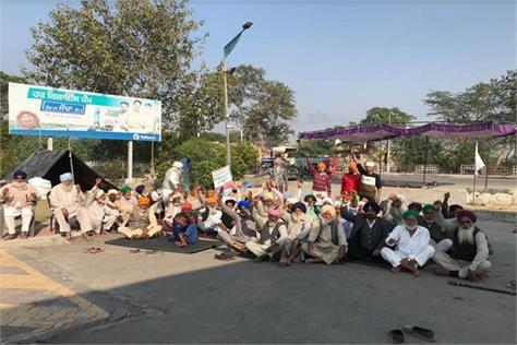 kisan morcha enters 61st day at reliance petrol pump budhlada