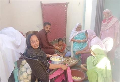 food being delivered to the needy by the residents of dogar patti settlement