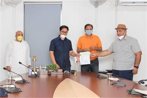 ioa hands over rs 2 crore to sports minister kiren rijiju fight covid 19